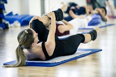 Ferdy's Gym Aldenhoven: Frau beim Dehnen auf dem Boden
