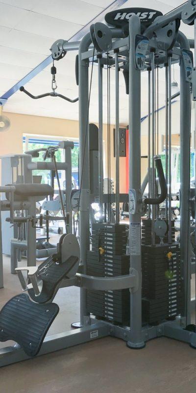 Kabelzugturm mit verschiedenen Übungsseiten