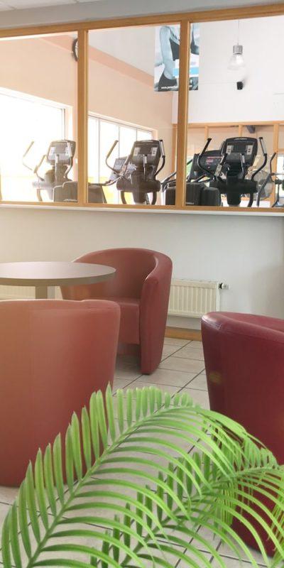 Bistro-Sitzgruppe mit Blick in den Cardiobereich
