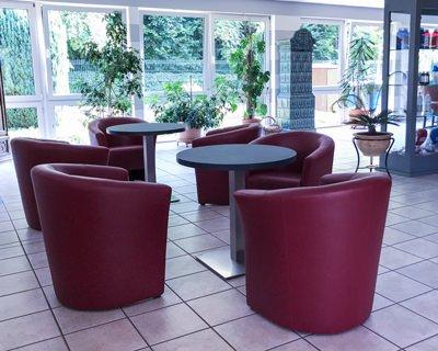 Sitzgruppe mit roten Sesseln im Bistrobereich