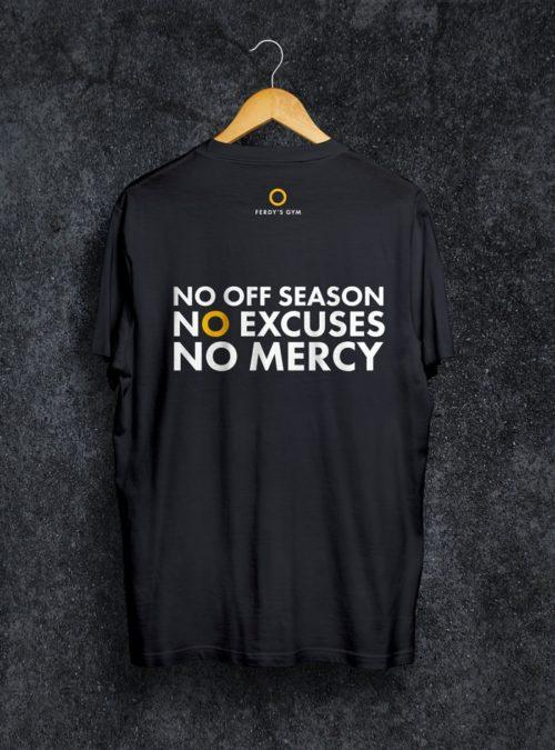 Schwarzes T-Shirt mit dem Statement No Off Season auf dem Rücken