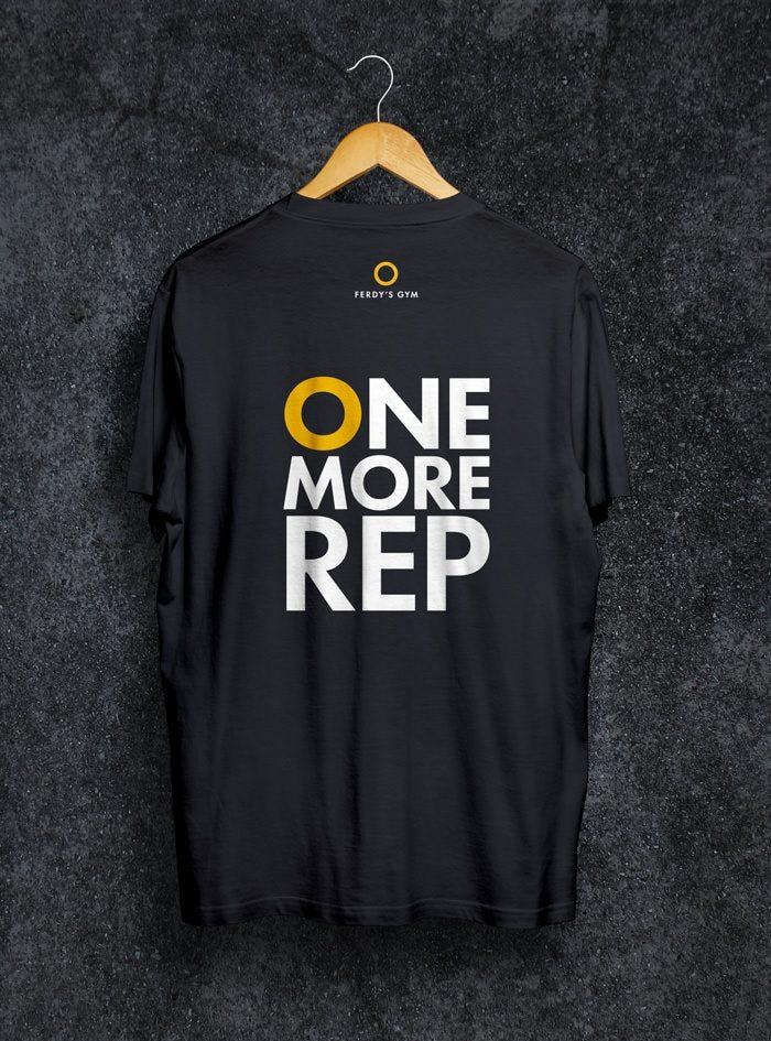 """Schwarzes T-Shirt mit dem Statement """"One More Rep"""" auf dem Rücken"""