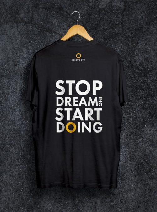 """Schwarzes T-Shirt mit dem Statement """"Stop Dreaming Start Doing"""" auf dem Rücken"""