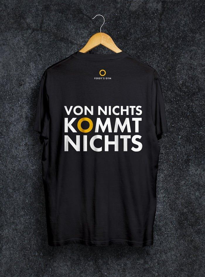 """Schwarzes T-Shirt mit dem Statement """"Von Nichts kommt Nichts"""" auf dem Rücken"""